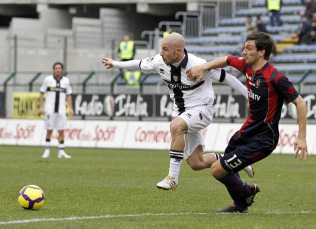 Cagliari-Parma:  Astori  tenta di frenare la discesa di Valiani (Ansa)