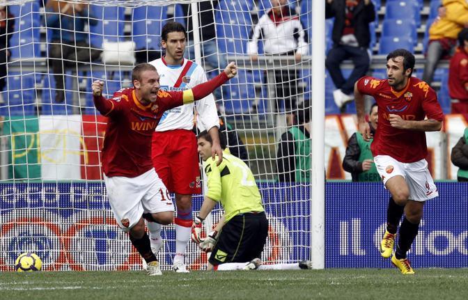 Roma-Catania: Vucinic e De Rossi esultano dopo il gol (Reuters)