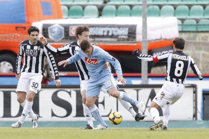 Siena-Napoli: Denis marcato da Vergassola (Lapresse)