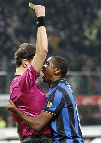Inter-Sampdoria: Eto'o polemizza con l'arbitro Paolo Tagliavento dopo il cartellino giallo (Ap)
