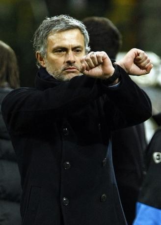 Inter-Sampdoria: Mourinho mima le manette all'indirizzo dell'arbitro dopo la doppia espulsione di Samuel e Cordoba (Reuters)