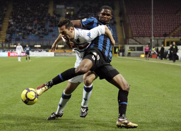 Inter-Sampdoria: Samuel Eto'o contrasta Luciano Zauri (Reuters)