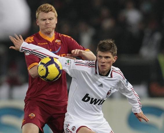 Roma-Milan: Arne Riise difende il pallone dal rientro di Huntelaar (Ap)