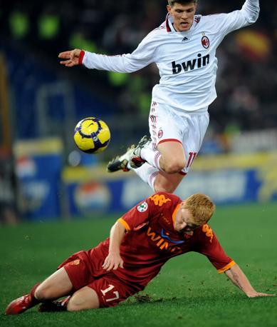 Roma-Milan: Huntelaar prova a saltare ArneRiise (Ap)