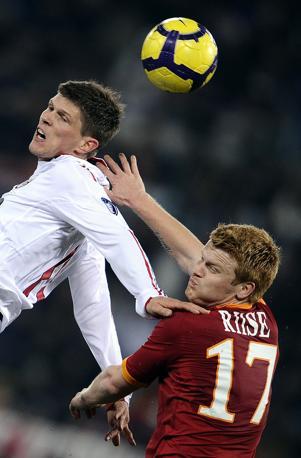 Roma-Milan: contrasto aereo tra Huntelaar e Arne Riise (Afp)