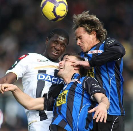 Atalanta-Udinese: lotta aerea tra Cristian Zapata, a sinistra, Giampaolo Bellini, al centro,  e Thomas Manfredini (Ap)