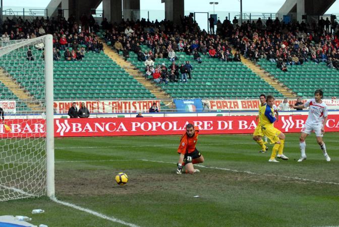 Bari-Chievo:  Castillo segno il gol decisivo nello stadio San Nicola (Ansa)