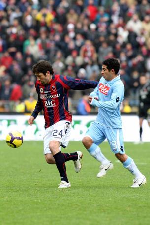 Bologna-Napoli: lotta sul pallone tra Busc e Gargano (Lapresse)