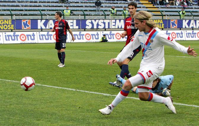 Cagliari-Catania: Maxi Lopez segna al 35esimo del primo tempo (Ap)