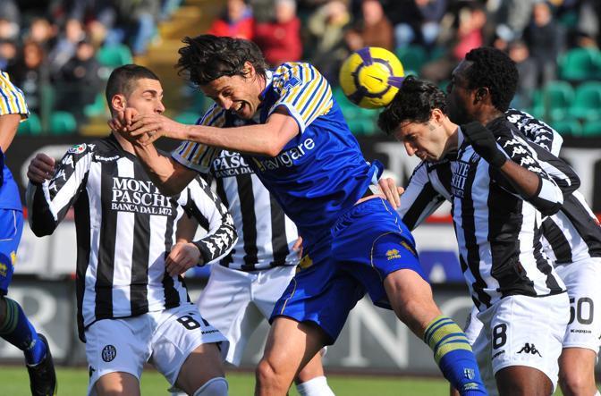 Siena-Parma: Il giocatore del Parma Paci  contrastato da Aleandro Rosi  e Micheal Odibe (Ansa)