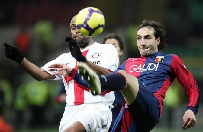 Inter-Genoa: il difensore del Genoa Emiliano Moretti anticipa Maicon (Ansa)