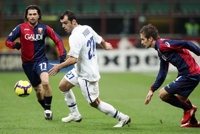 Inter-Genoa: Pandev pressato da Milanetto (a sinistra) e Criscito (Ansa)