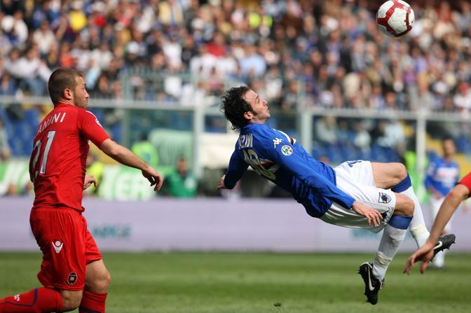 Sampdoria-Cagliari 1-1: Giampaolo Pazzini in acrobazia (Ap)