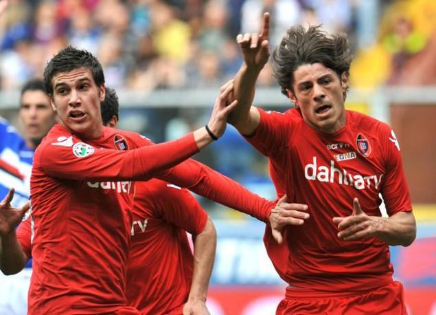 Sampdoria-Cagliari 1-1:  giocatore del Cagliari, Nené (a destra), esulta con i compagni di squadra dopo aver segnato il gol contro la Sampdoria (Ansa)