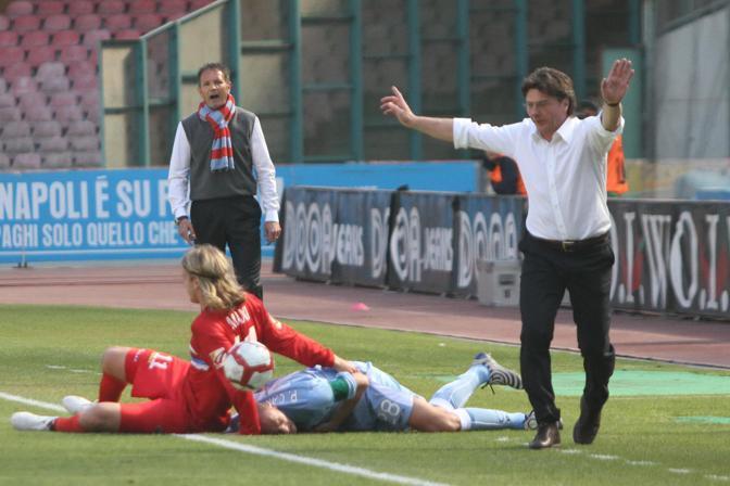 Napoli-Catania 1-0: l'allenatore del catania Mihajlovic (sullo sfondo) e Mazzarri del Napoli contestano ognuno un fallo sul proprio giocatore (Ansa)