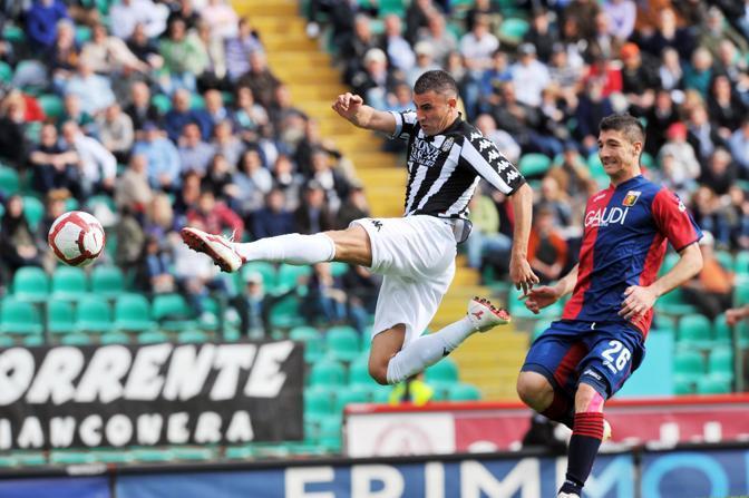 Siena- Genoa 0-0: l'attaccante francese del Siena Abdel Ghezzal contrastato dal difensore del Genoa Salvatore Bocchetti (Ansa)