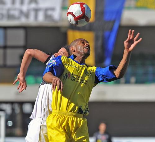 Chievo-Parma 0-0:  duello aereo tra De Paula e Zaccardo (LaPresse)