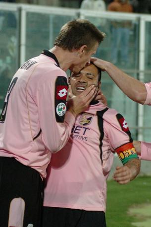 Palermo-Bologna 3-1: Miccoli baciato da Dorin Goian (Ansa)