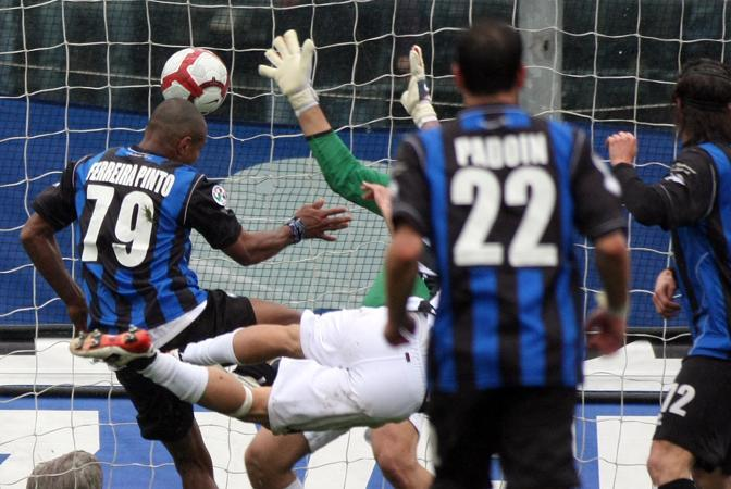 Atalanta-Siena: Il brasiliano Adriano Ferreira Pinto incrementa il vantaggio dell'Atalanta al 26esimo del secondo tempo (Ap)