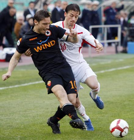 Bari-  Roma: Totti si libera del pallone marcato da Vladimir Koman (Ap)