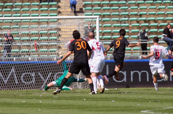 Bari-Roma: Mirko Vucinic segna il gol della Roma (Lapresse)