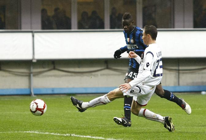 Inter-Bologna: Il tiro di Balotelli che regala il 2 a 0 all'Inter (Ap)