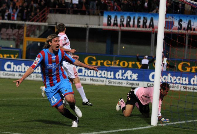 Catania-Palermo: Maxi Lopez esulta dopo aver segnato il secondo goal contro il Palermo (Ansa)