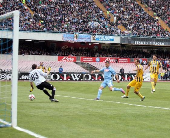 Napoli-Parma: il gol di Fabio Quagliarella che porta in temporaneo vantaggio i partenopei (Omega)