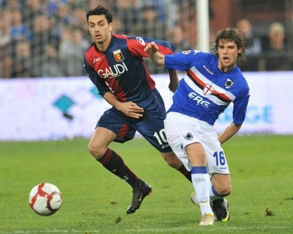 Sampdoria-Genoa 1-0:  l'attaccante del Genoa Raffaele Palladino e il centrocampista della Sampdoria Andrea Poli in una azione di gioco (Ansa)