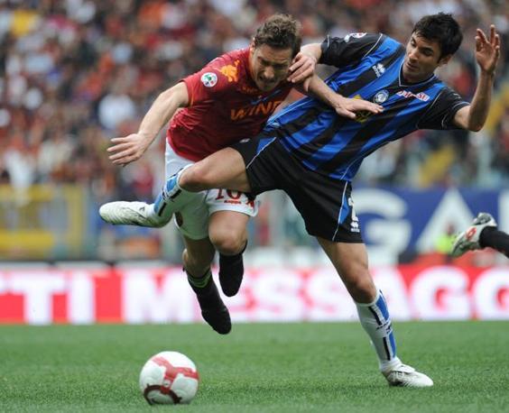 Roma-Atalanta: Totti fermato da Pellegrino (Afp)