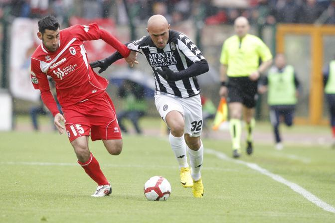 Siena-Bari: Maccarone va via al difensore (LaPresse)