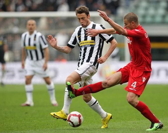 Juventus-Cagliari: Marchisio lotta con Dessena (LaPresse)