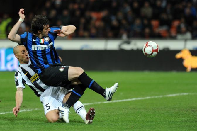 Inter-Juventus 2-0: entrata di Cannavaro su Milito (Afp)