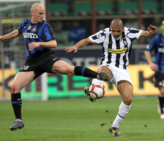 Inter-Juventus 2-0: un contrasto fra Cambiasso (S) e Felipe Melo (Ansa)