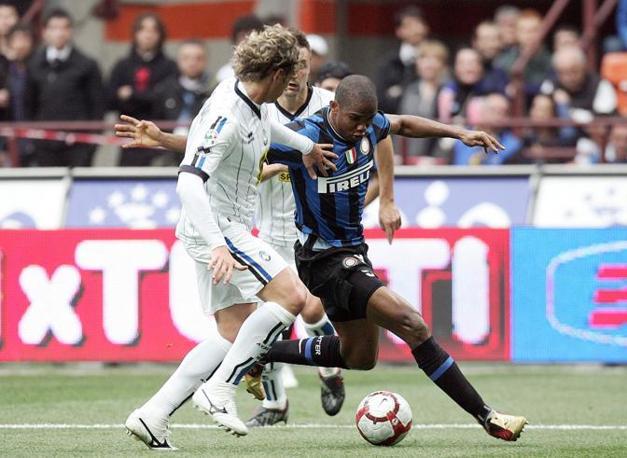 L'interista Eto'o cerca di sfuggire alla guardia dell'atalantino Manfredini durante Inter-Atalanta 3-1 (Ansa)