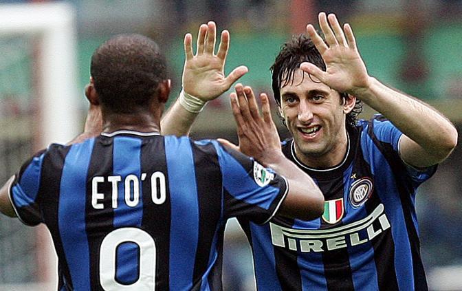 La coppia gol dell'Inter: Eto'o si complimenta con Diego Milito (Ansa)