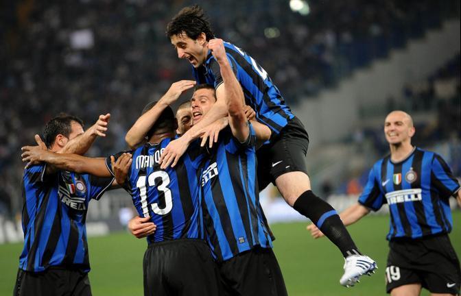 La gioia dei tifosi interisti dopo il gol di Thiago Motta che ha portato i neroazzurri sul 2-0 (Ansa)