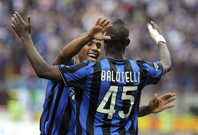Inter-Chievo 4-3: Balotelli in gol festeggiato da Maicon (Reuters)