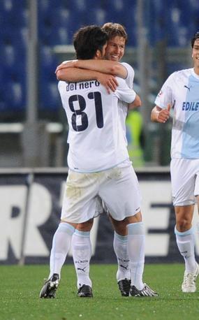 Del Nero abbraccia Hitzisperger, autore del gol del vantaggio laziale contro l'Udinese (Ansa)