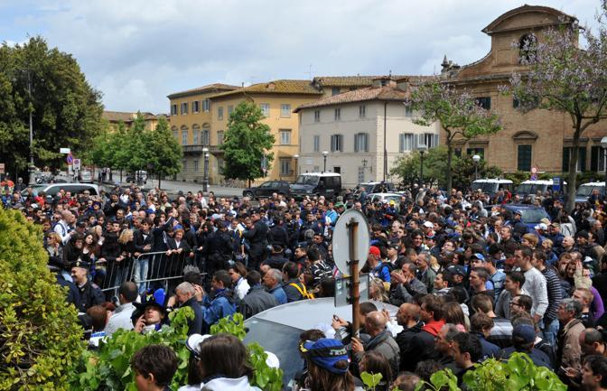 Tifosi davanti all albergo dove si trova la squadra dell Inter a Siena (Ansa)