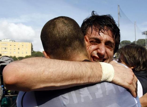 L'abbraccio fra Milito e Maicon dopo il fischio finale (Reuters)