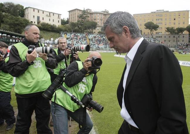 Mourinho scende subito negli spogliatoi dopo il fischio finale. L'allenatore portoghese non ha poi potuto reprimere la commozione al momento della premiazione (Ap)