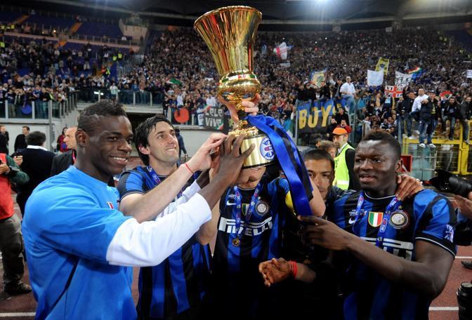 Anche Balotelli alza la coppa (Ansa)