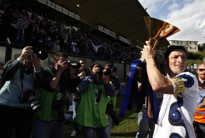 Il capitano Xavier Zanetti con la maglia del prossimo anno, con il «biscione» sul fianco destro(Ap)