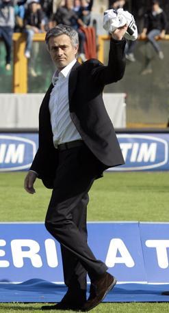 Mourinho con le lacrime aglio occhi saluta con la maglia nerazzurra in mano  (Reuters)