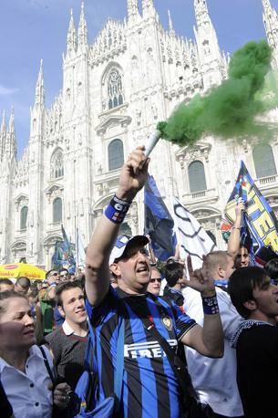 I tifosi cominciano a festeggiare in Piazza Duomo a Milano (Ap)