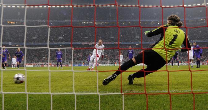 Robben segna su rigore il gol dell'1-0 per il Bayern (Afp)