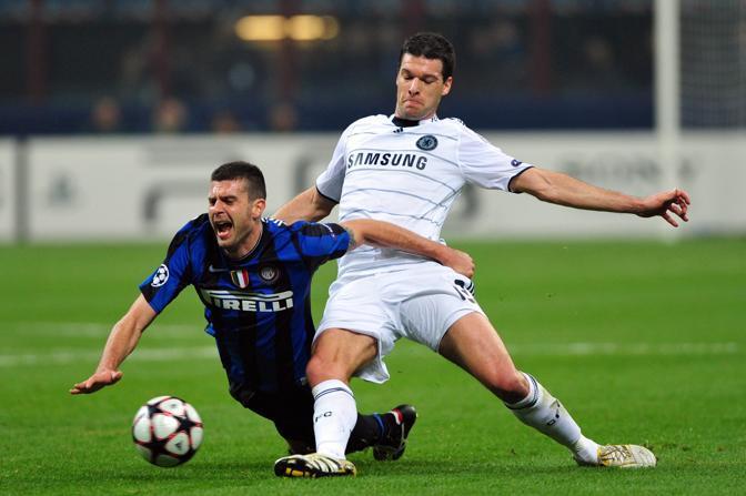 L'interista Motta contrastato dal tedesco del Chelsea Ballack durante il match vinto a San Siro dall'Inter per 2-1 sul Chelasea (Afp)