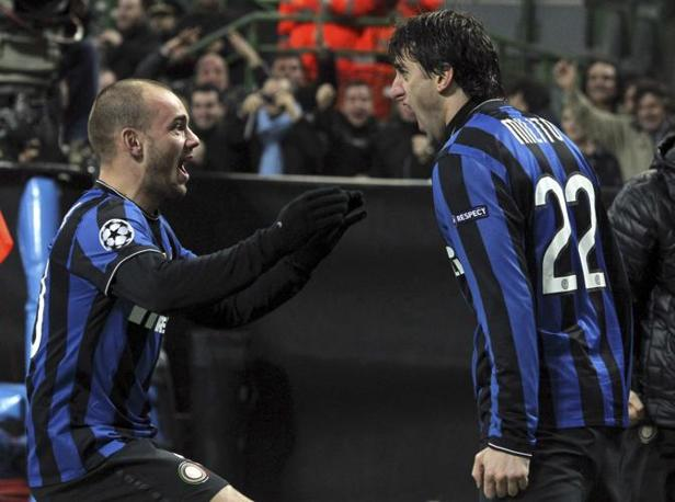 Milito e Snejder festeggiano dopo il primo gol dell'Inter, arrivato in apertura di gara (Reuters)
