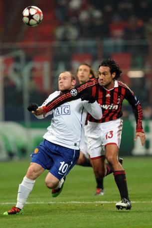 Milan-Manchester United: Rooney contrastato da Nesta (Giuseppe Cacace/Afp)